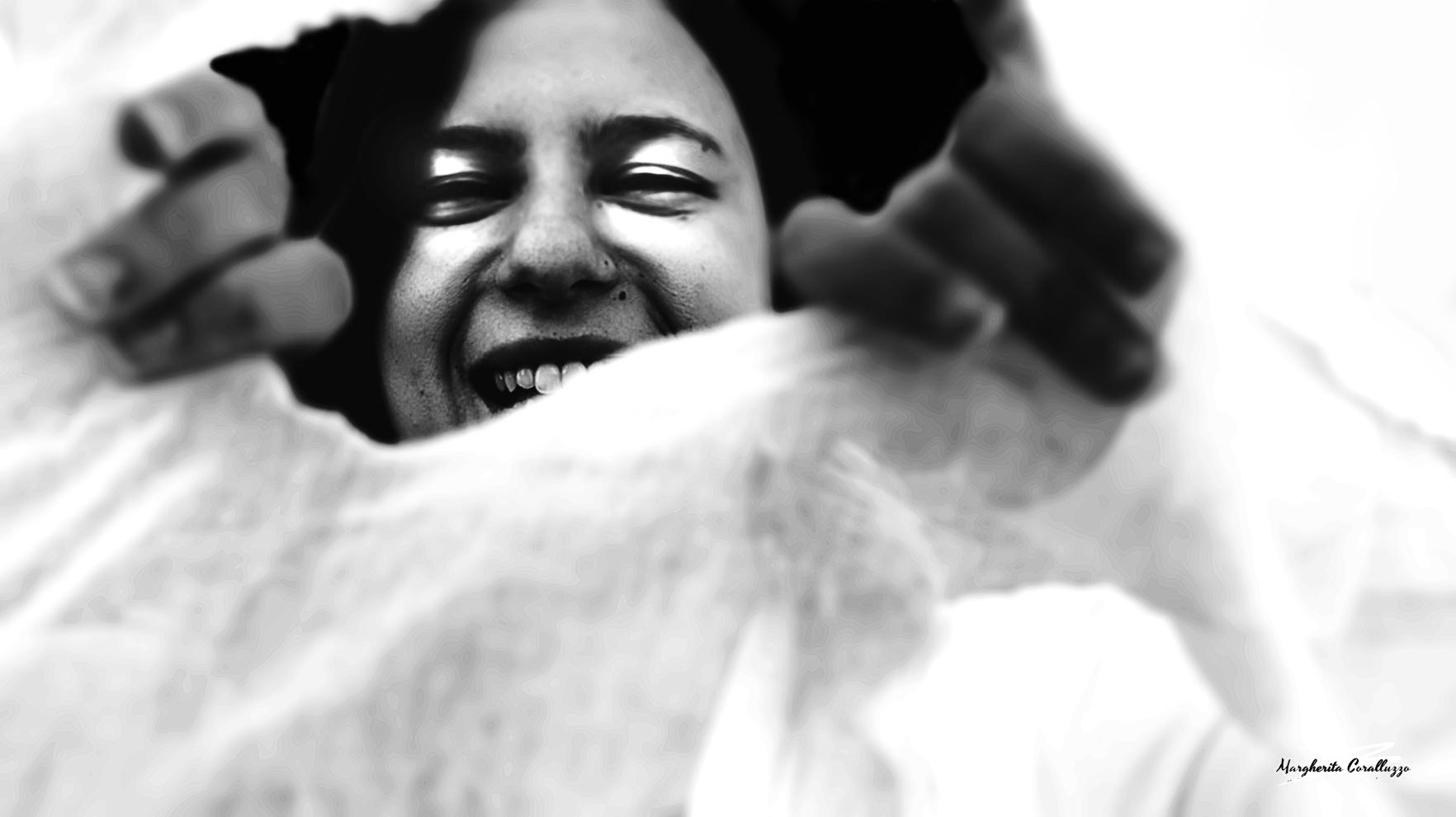 """""""Vinco l'inettitudine con la capacità"""" - L'insicurezza, il disagio, l'inadeguatezza sono state la causa che hanno determinato un freno alla crescita spirituale durato diversi anni, nella vita di Rossella. Timore di accudire la nonna, timore di ferirla, avere nei suoi confronti qualche mancanza, disattenzione, o forse, temere in una responsabilità che considerava più grande rispetto alle poche esperienze vissute nella propria vita e che le avrebbero potuto dare la possibilità di far esprimere quelle capacità ancora a lei sconosciute. Ad un certo punto della sua vita però, quel volto velato d'inettitudine, è stato sconfitto dalla caparbietà, decidendo di evitare l'arrivo di un'occasione propizia per farsi le ossa e di credere invece con determinazione, in se stessa. Strappando quella rete che la separava dal vivere con gioia e appieno la propria vita."""