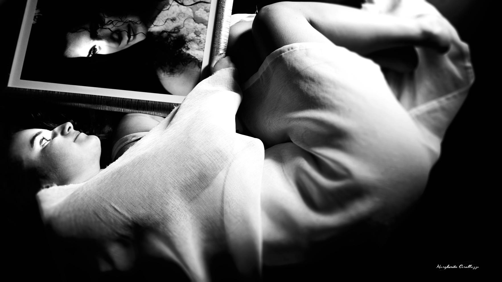"""""""Vorrei aver vissuto i ricordi che non ho"""" - Federica ha potuto godere del privilegio di conoscere la mamma, nei suoi primi quattro anni di vita. E poi, ha imparato a conoscerla più da vicino in due modi diametralmente opposti: dalla memoria del fratello più grande, dal papà che tanto l'ha amata, dai nonni, dalle zie, i nipoti, e attraverso la carezza della sua anima, profusa di un amore ancora poco compreso da Federica, dove l'essere in luce della mamma, riesce a placare però, ogni suo timore. """"E pensare che nei tuoi sogni mamma, c'eravamo già io e Francesco"""". """"Vorrei aver vissuto i ricordi che non ho"""" è ciò che talvolta costruisce nell'immaginario Federica, dove si lascia coccolare da un sogno e non un'idea astratta della mamma, riabbracciandola viva in una realtà parallela talvolta più autentica del mondo circostante e anche di un fervido ricordo. Perché lei sa che la sua mamma, è presente ogniqualvolta incontra l'amore."""