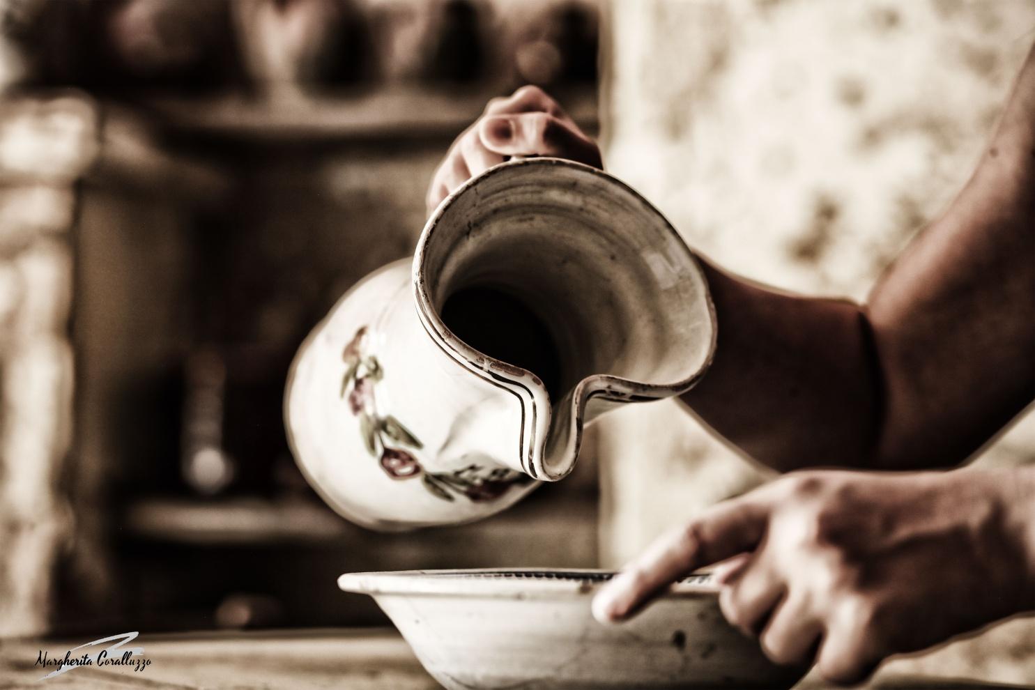 """""""Benedetti siano gli istanti,e i millimetri, e le ombre delle piccole cose"""" - Fernando Pessoa - Cos'è una brocca? È un contenitore dove risiede il bene più prezioso di questo mondo: l'acqua. Una brocca non è solo un oggetto di cui liberarsi, ma un mezzo utile per dissetarsi."""
