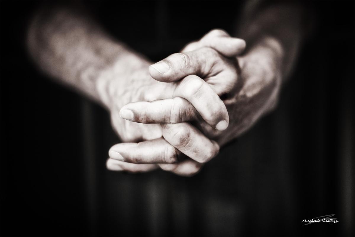 """""""Nel diventare più maturo scoprirai che hai due mani. Una per aiutare te stesso, l'altra per aiutare gli altri - Audrey Hepburn"""