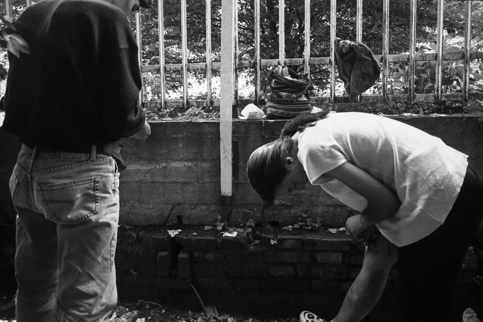 Torino, Mauro e Sonia tossicodipendenti si preparano una dose sotto il ponte della Dora