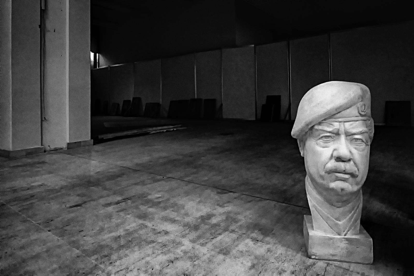 Iraq 1999,  busto di Saddam Hussein