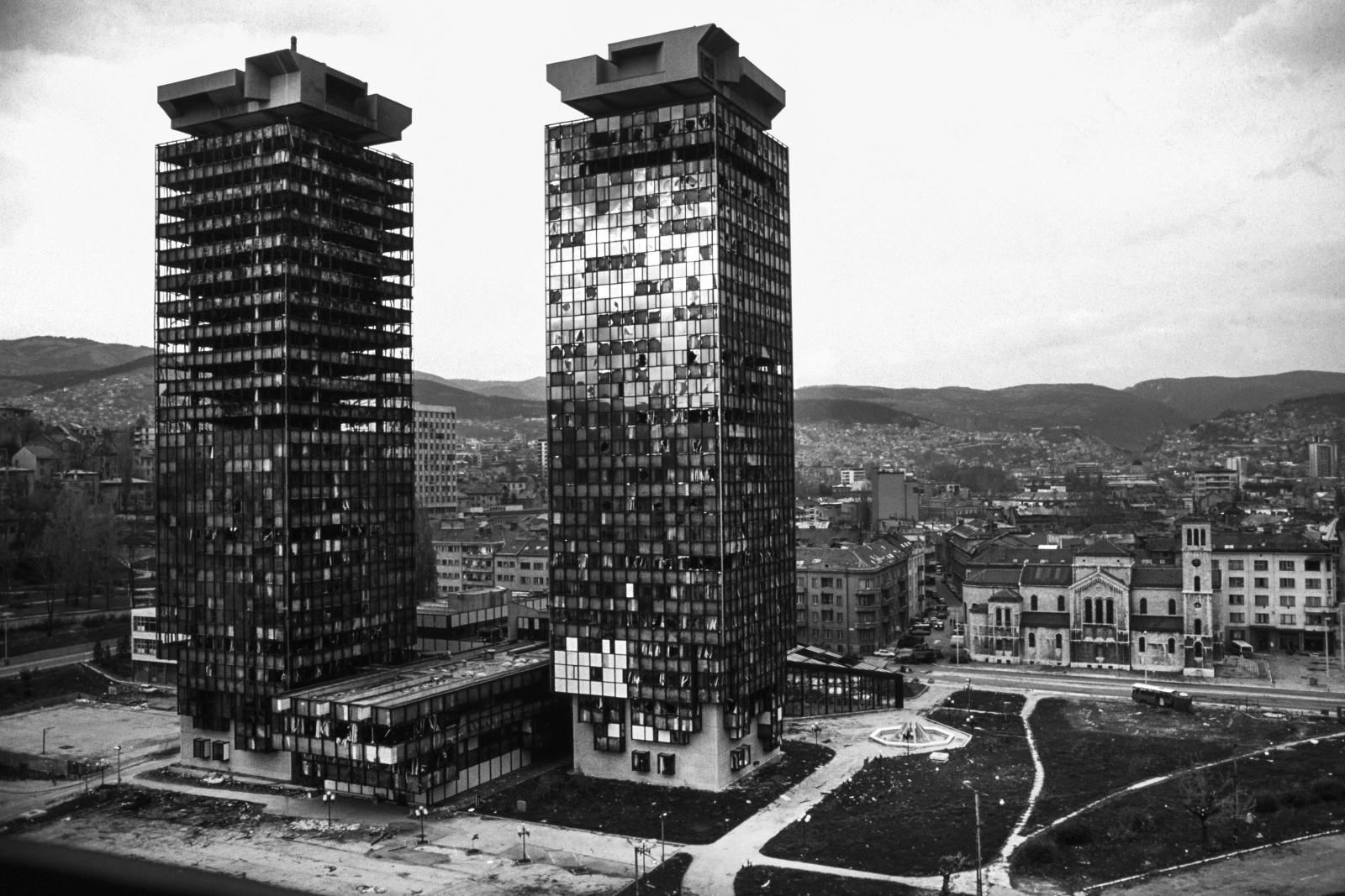 Sarajevo 1993 - La città assediata per 1272 giorni, tenuta sotto costante bombardamento dall'esercito serbo che bombardava dalle colline sulla città.