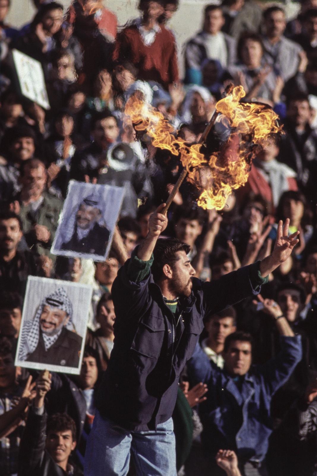 Giordania, manifestazione dei Fratelli Musulmani di Amman in favore di Saddam Hussein. Il bambino con l'indice alzato e il Corano nell'altra mano