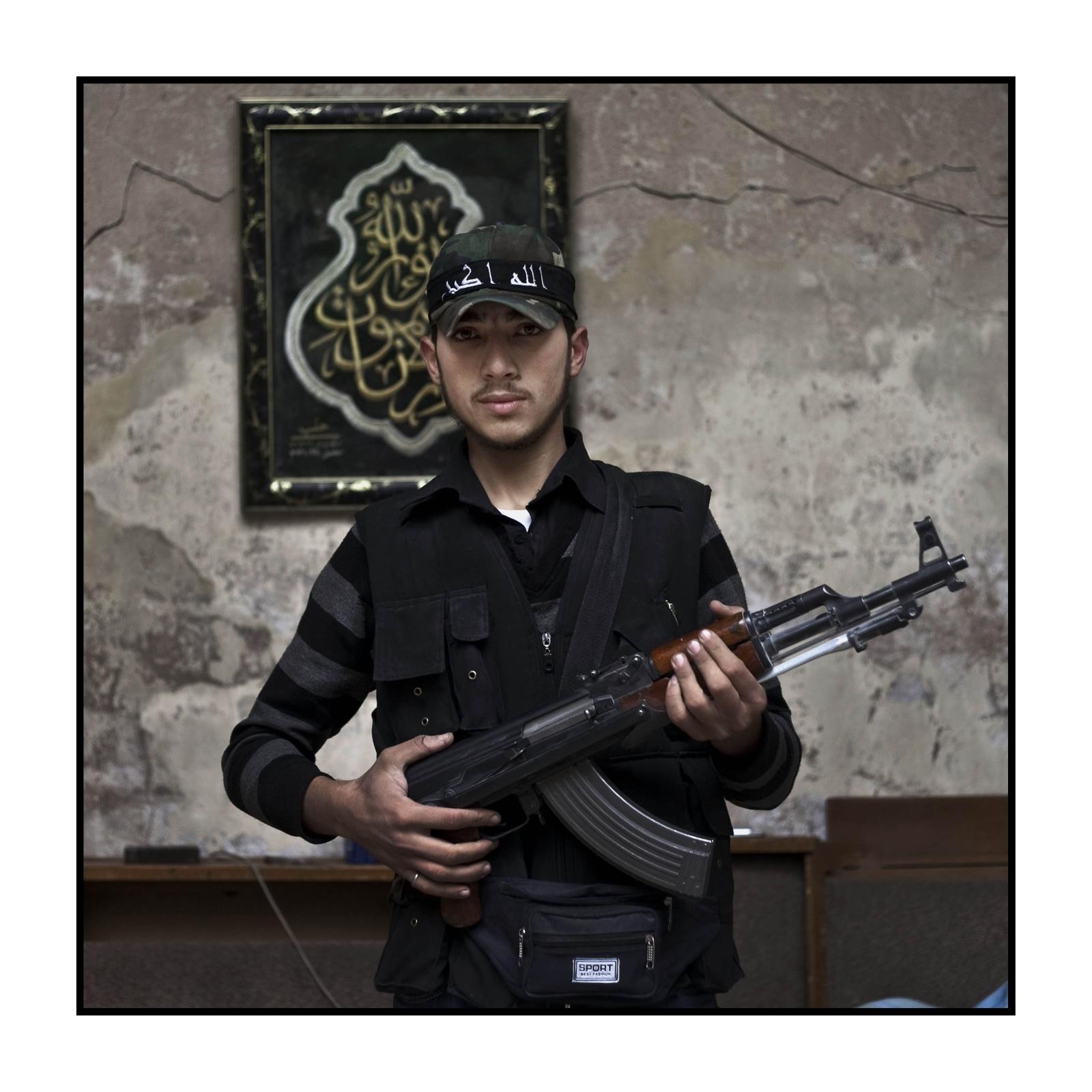 Syria, Aleppo - Prima linea del fronte nel quartiere del souk  - Hamed 23 anni combattente de Free Syrian Army