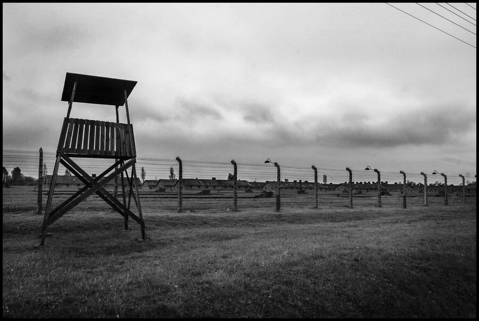 Auschwitz II (Birkenau) Vernichtungslager(campo di sterminio). Era l'immenso lager nel quale persero la vita oltre un milione e centomila persone, in stragrande maggioranza ebrei, russi, polacchi, prigionieri di guerra, omosessuali, oppositori politici, testimoni di Geova e zingari. Dopo l'arrivo dei prigionieri, questi venivano selezionati e quelli inabili al lavoro venivano condotti  alle camere a gas con lo scopo di essere uccisi. Le torrette delle sentinelle all'esterno del campo.