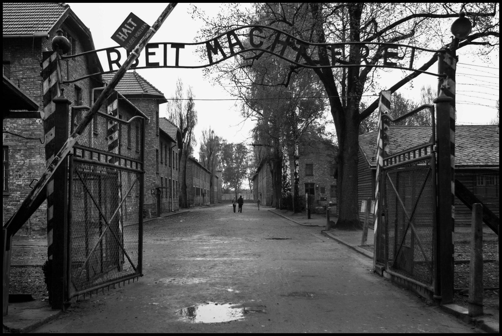 """Ilcampo di concentramento di Auschwitz fu reso operativo dal 14 giugno1940 ed è stato un vasto complesso di campi di concentramento e di lavoro situato nelle vicinanze della cittadinapolaccadiOświęcim dove morirono  circa 70000 persone. L'entrata al lager di Auschwitz dove padroneggia la scritta: """"Il lavoro rende gli uomini liberi"""""""