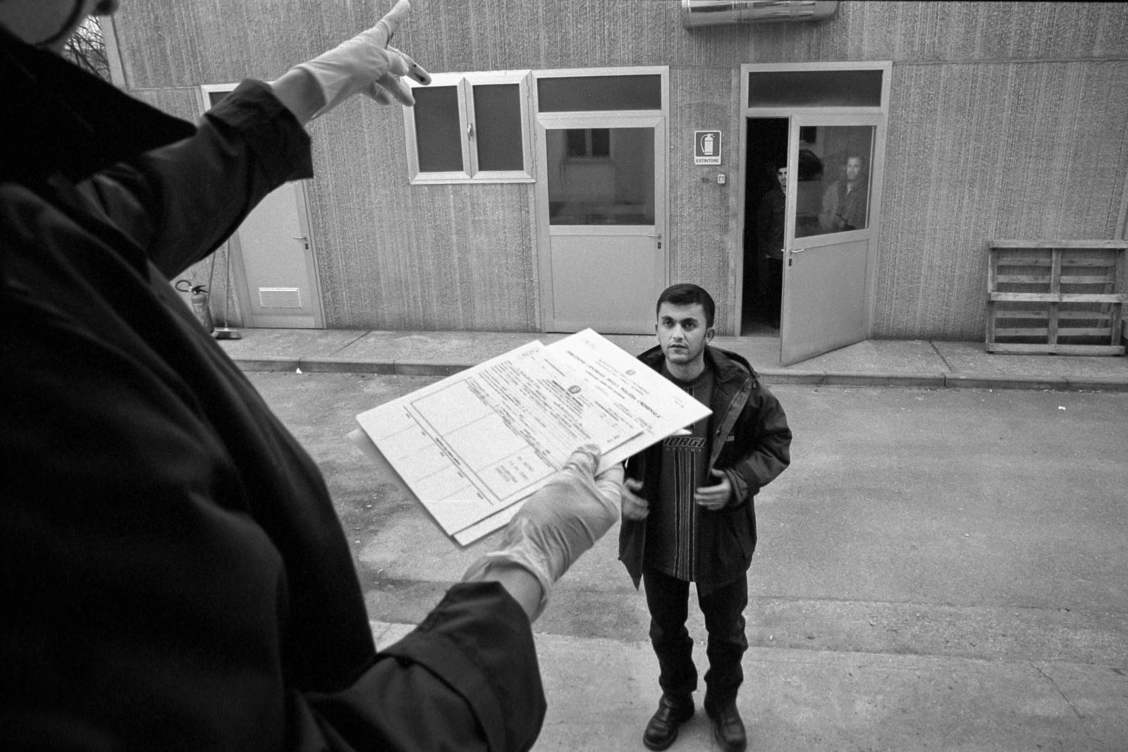 Gorizia, clandestini in fuga dalle guerre nei Balcani entrati illegalmente attraverso i buchi della rete, fermati dalle autorità italiane, schedati con impronte e foto segnaletiche