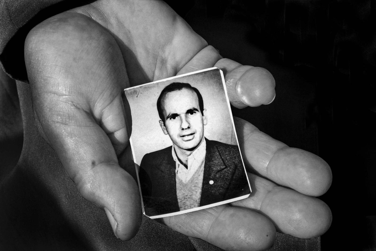 Bosnia 1995, Amira mostra la fotografia di suo marito ucciso a Srebrenica dalle bande para militari serbe, il suo corpo non è mai stato ritrovato.