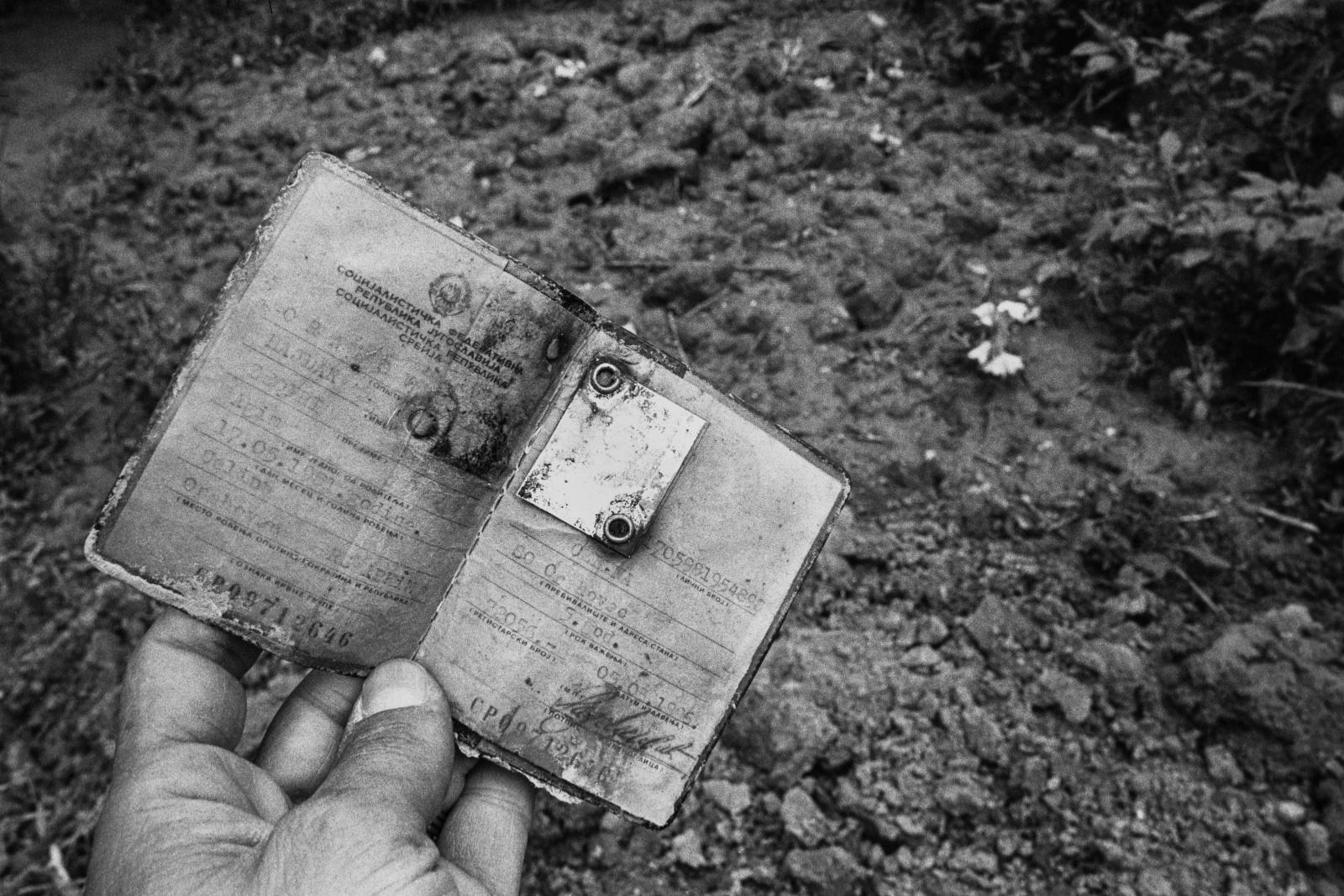 Kosovo 1999, ritrovamento dei documenti di ventitre persone trucidate e sepolte nella fossa comune di Celina. Il documento di AgimZeqir ucciso a undici anni