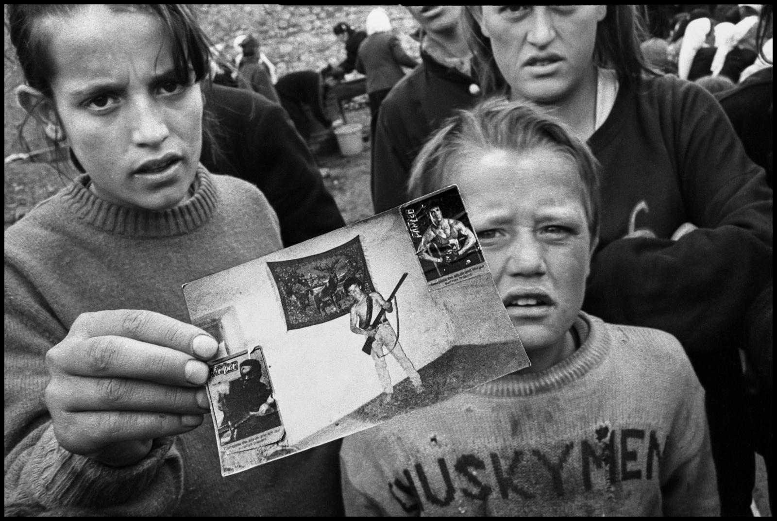 Albania 1997, durante la rivolta popolare dovuta al crollo delle imprese finanziarie piramidali, il paese si è trovato allo sbando e nelle mani delle bande di criminali.  Alcune mamme piangono i propri figli morti per nell'esplosione della base militare di Qafa Shatama nel villaggio di montagna di Selite