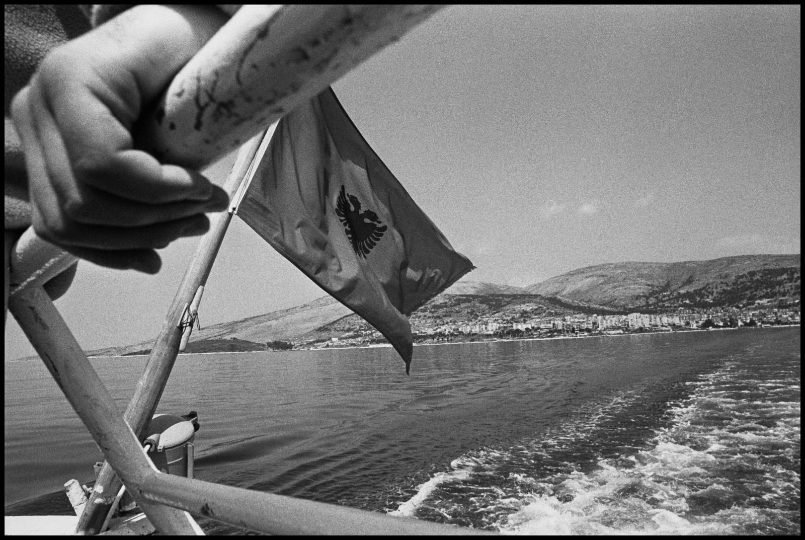 Albania 1997, durante la rivolta popolare dovuta al crollo delle imprese finanziarie piramidali, il paese si è trovato allo sbando e nelle mani delle bande di criminali.  Profughi in fuga da Saranda verso Korfù in Grecia.