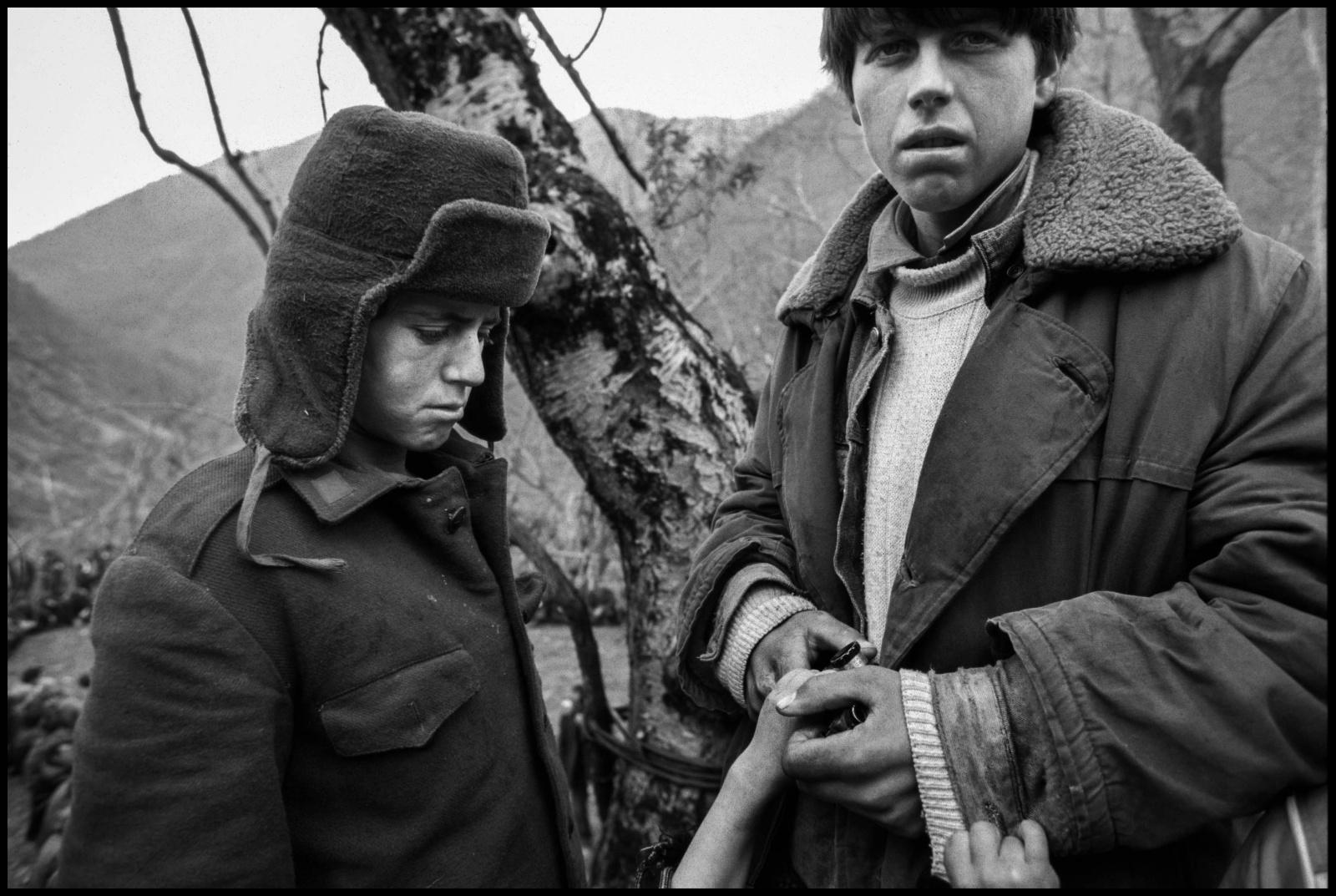 Albania 1997, durante la rivolta popolare dovuta al crollo delle imprese finanziarie piramidali, il paese si è trovato allo sbando e nelle mani delle bande di criminali.  Funerali nel villaggio di montagna di Selite