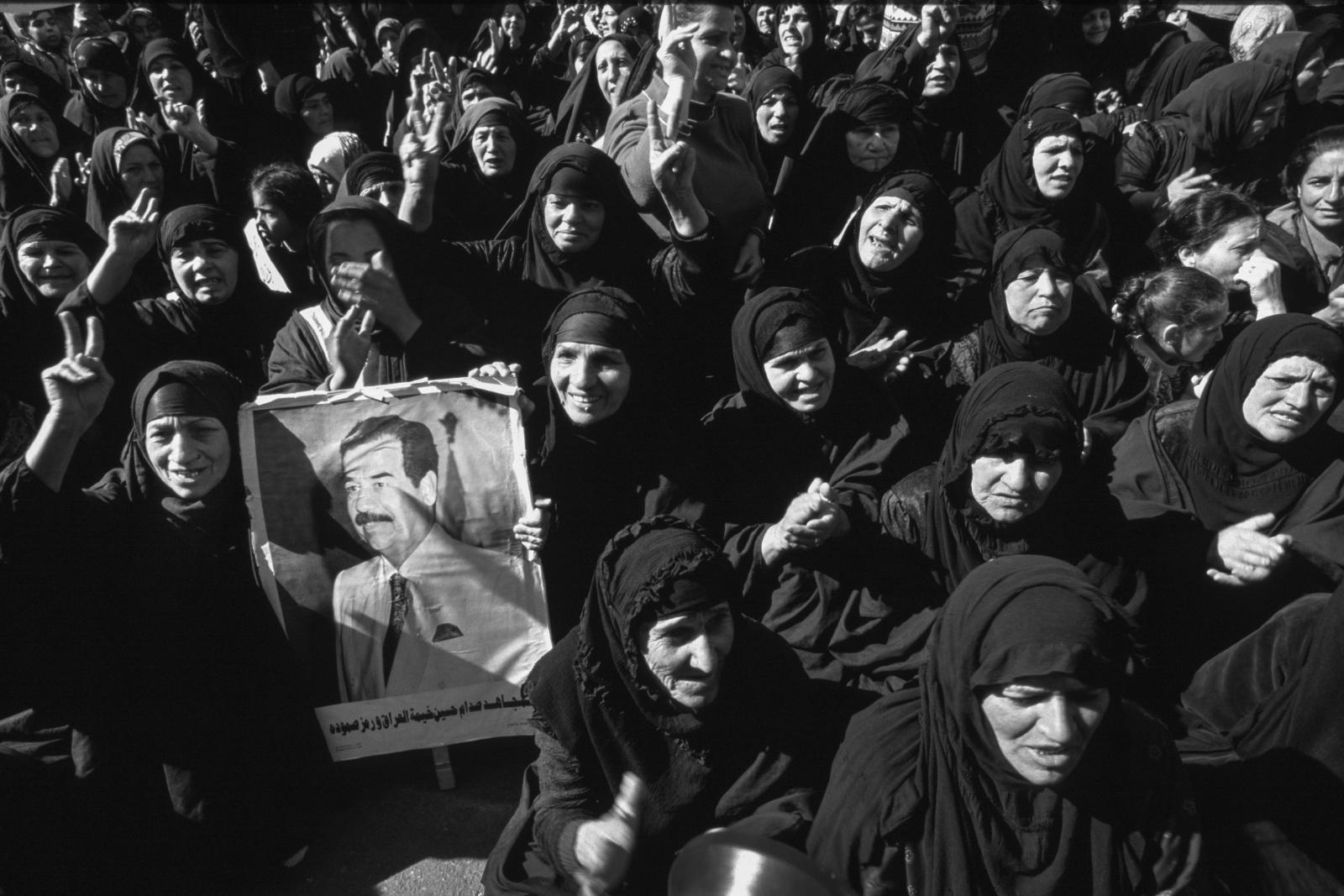 Iraq 1999. Manifestazione popolare davanti al palazzo delle Nazioni Unite a Baghdad contro le sanzioni imposte al regime di Saddam Hussein.