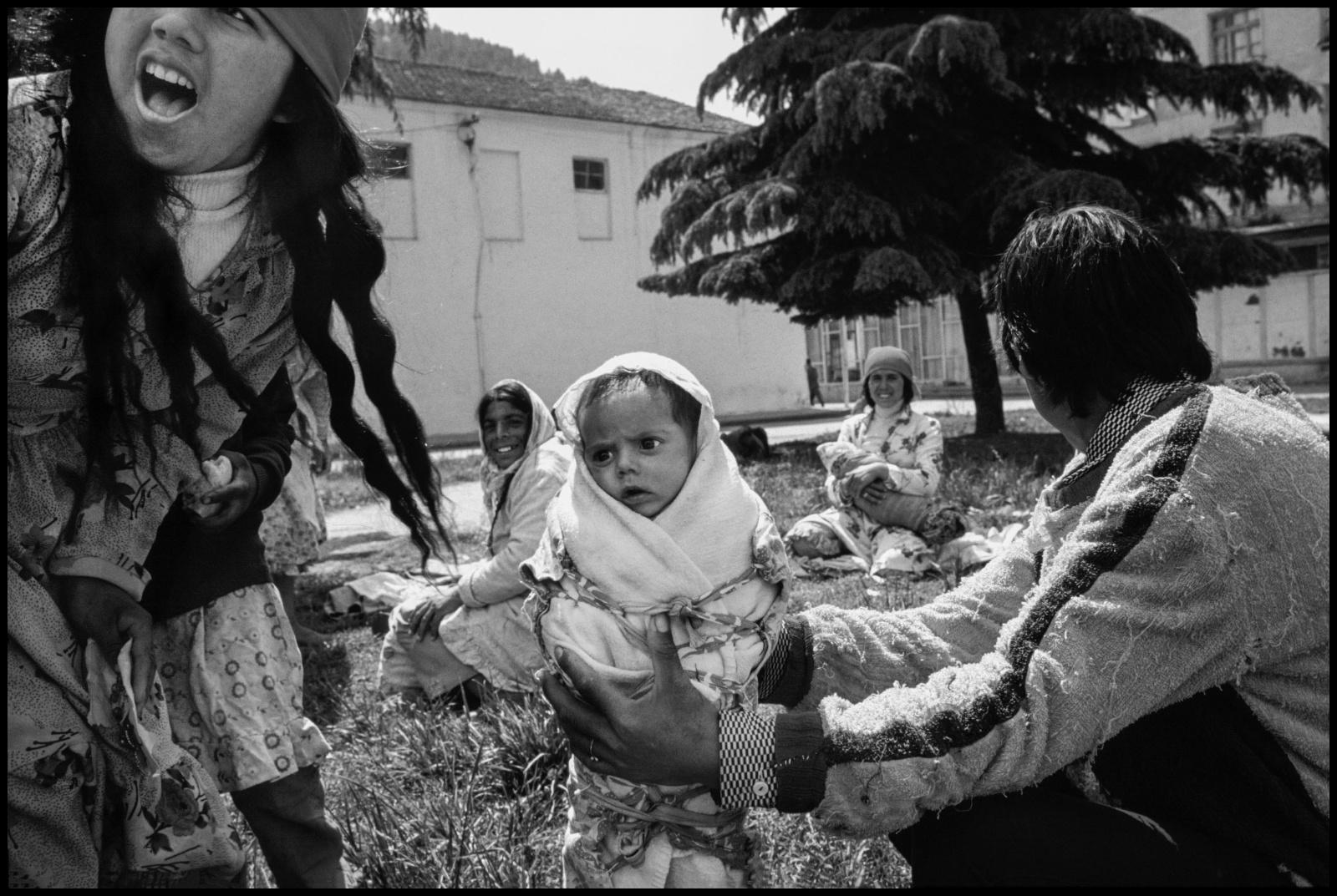 Albania 1989, il paese delle aquile, chiusa al mondo occidentale per quarantacinque anni fino alla caduta ufficiale del regime comunista nel febbraio del 1991.  Una giovane ragazza gitana con suo figlio di pochi giorni