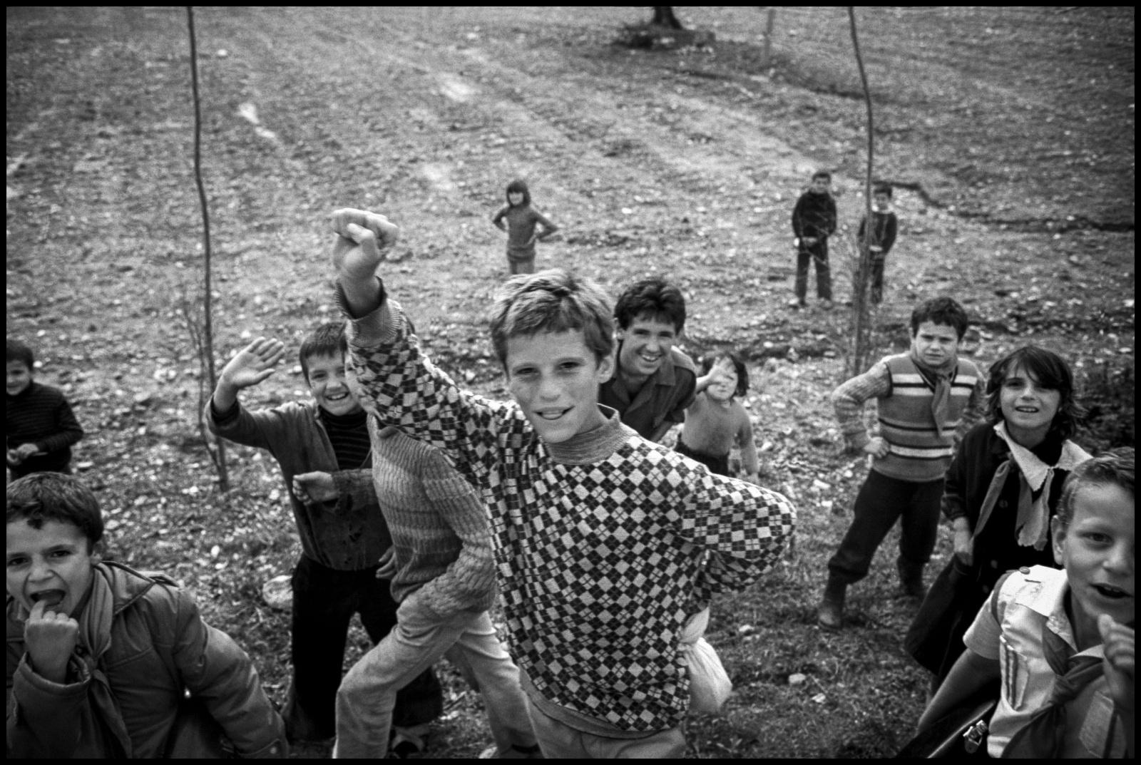 Albania 1989, il paese delle aquile, chiusa al mondo occidentale per quarantacinque anni fino alla caduta ufficiale del regime comunista nel febbraio del 1991.