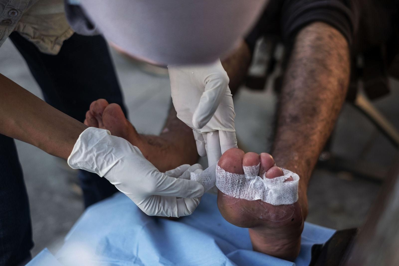 I volontari dell'Associazione di Trieste Linea d'Ombra tutti i giorni nella piazza antistante alla stazione ferroviaria medicano le ferite dei migranti  che hanno subito durante il lungo cammino per attraversare la rotta balcanica