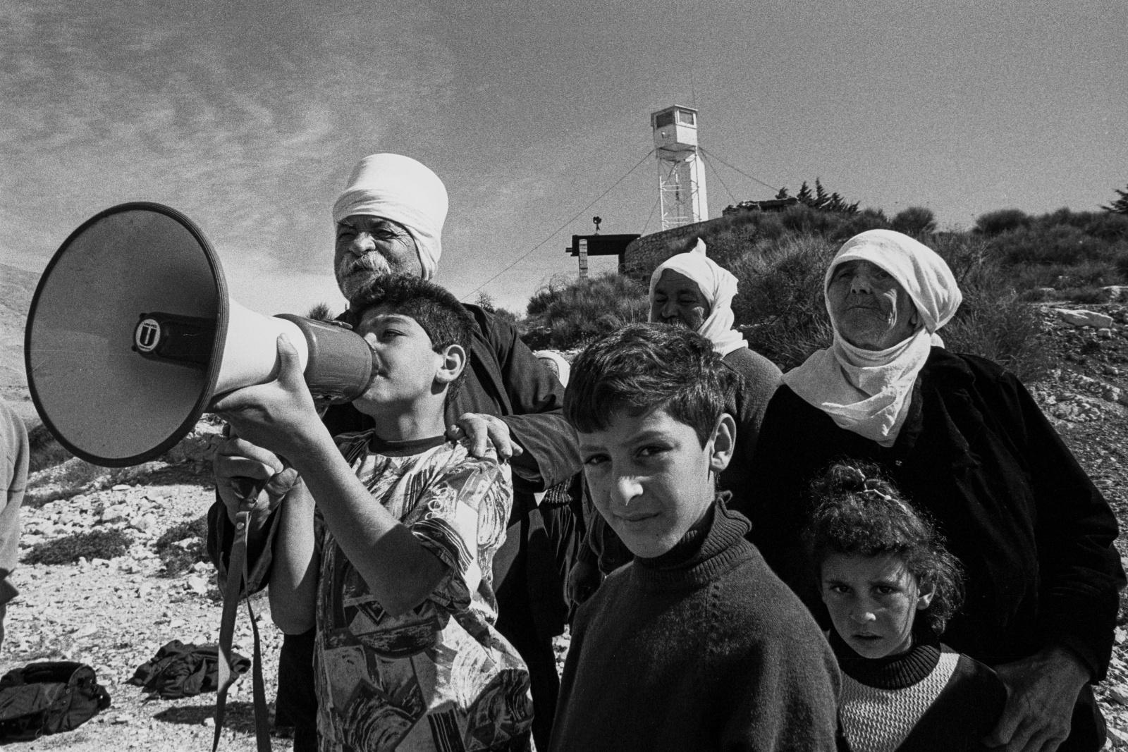 """Siria, Alture del Golan, """"Shouting valley"""" la valle delle urla. Una famiglia Drusa comunica con i propri parenti rimasti ne villaggio dall'altra parte della valle  in territorio israeliano dopo la guerra dei sei giorni del 1967"""