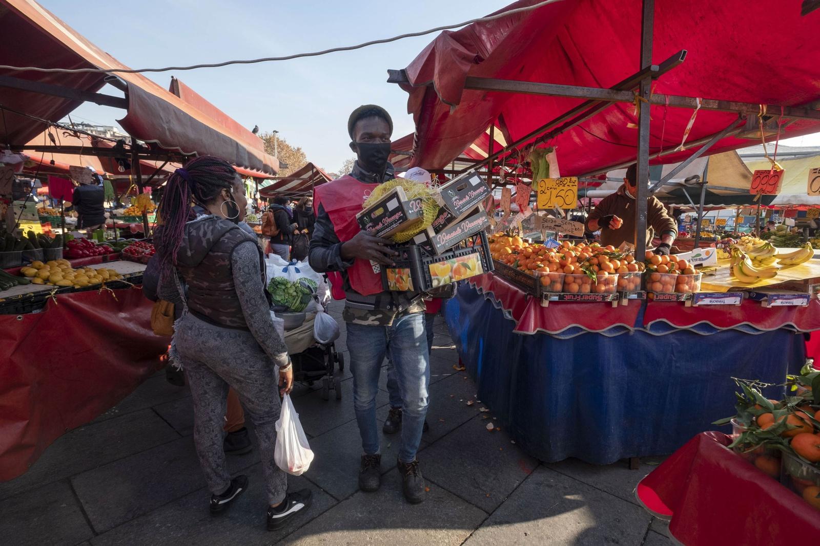 Raccolta del cibo invenduto giornalmente e ridistribuzione delle eccedenze alimentari alle famiglie bisognose.
