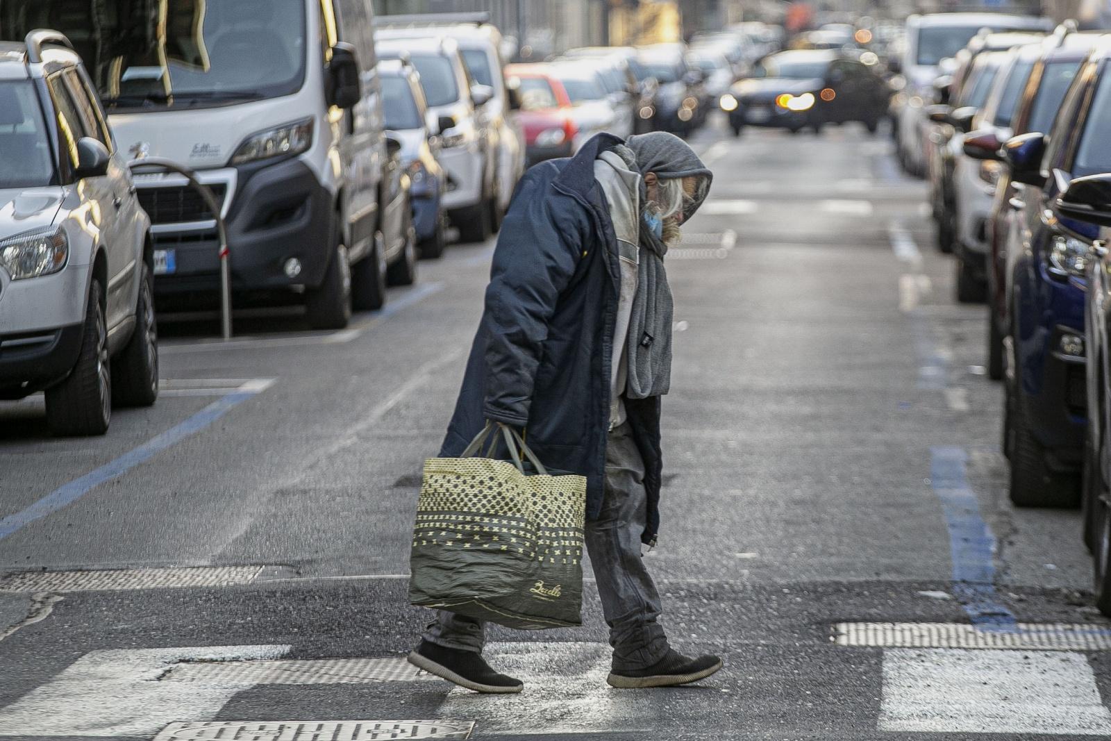 Un anziano senzatetto in giro per le strade di Torino