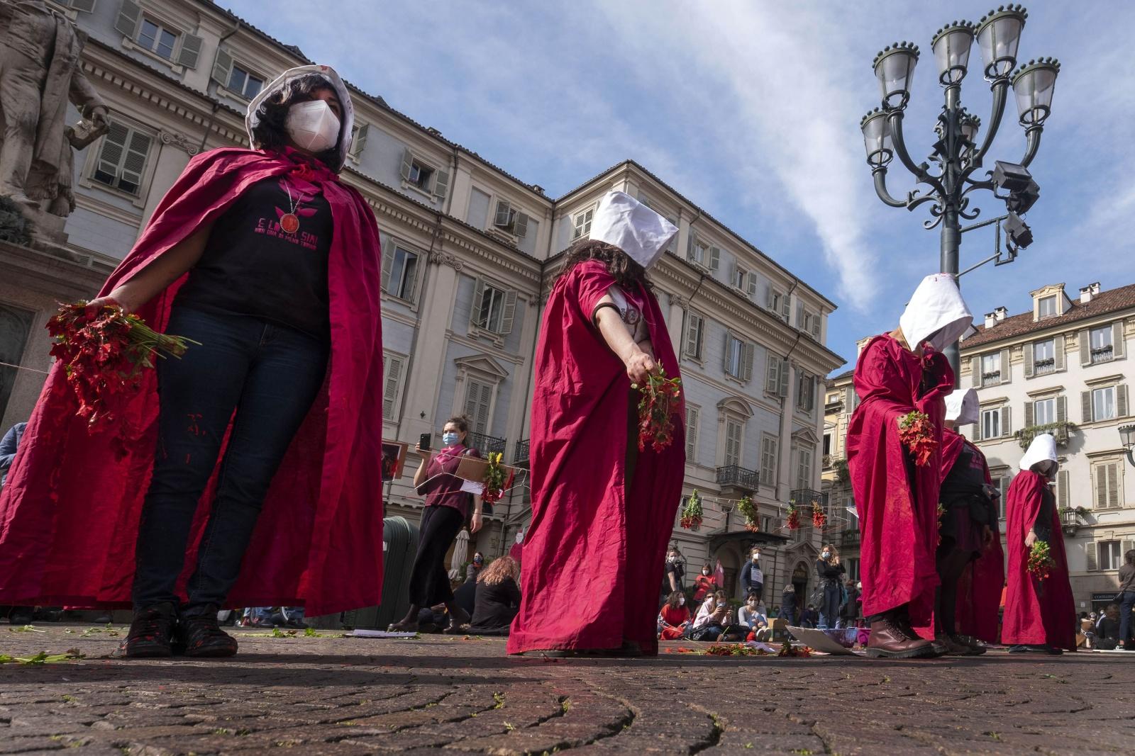 """Manifestazione dell'Associazione """"Non una di meno"""" contro la proposta del Piemonte di far aprire sportelli di associazioni antiabortiste all'interno degli sportelli Asl"""