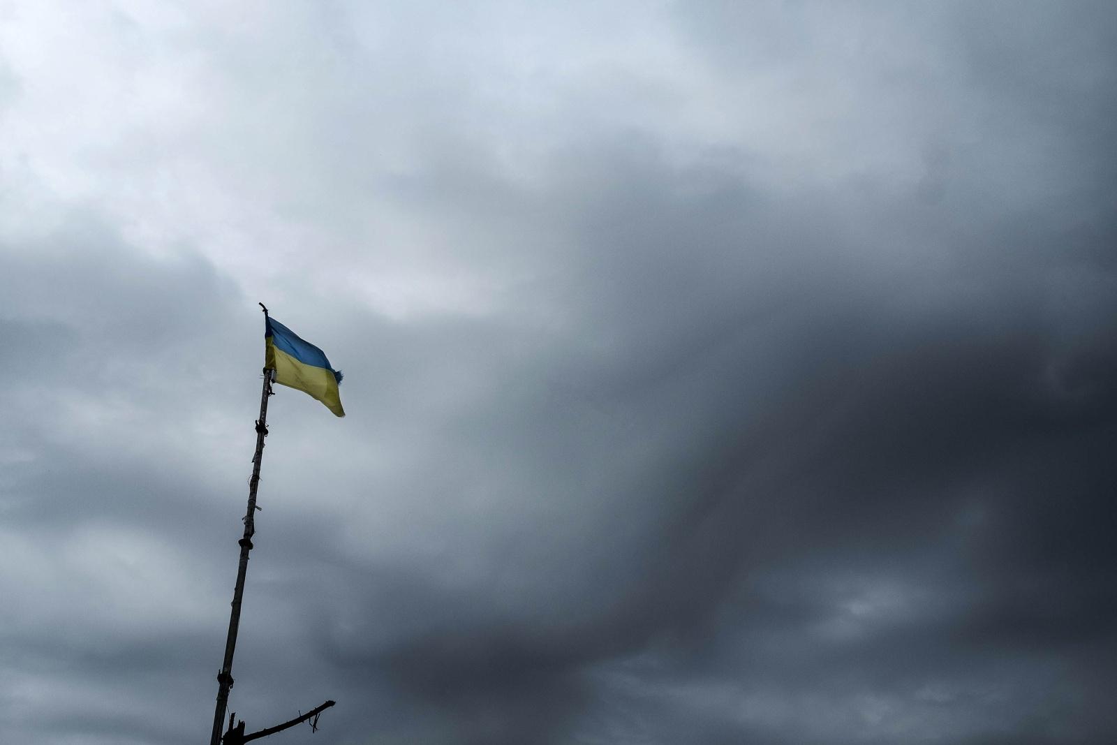 Ucraina - La bandiera Ucraina sventola in prima linea sul fronte di Zenit nel Donbass