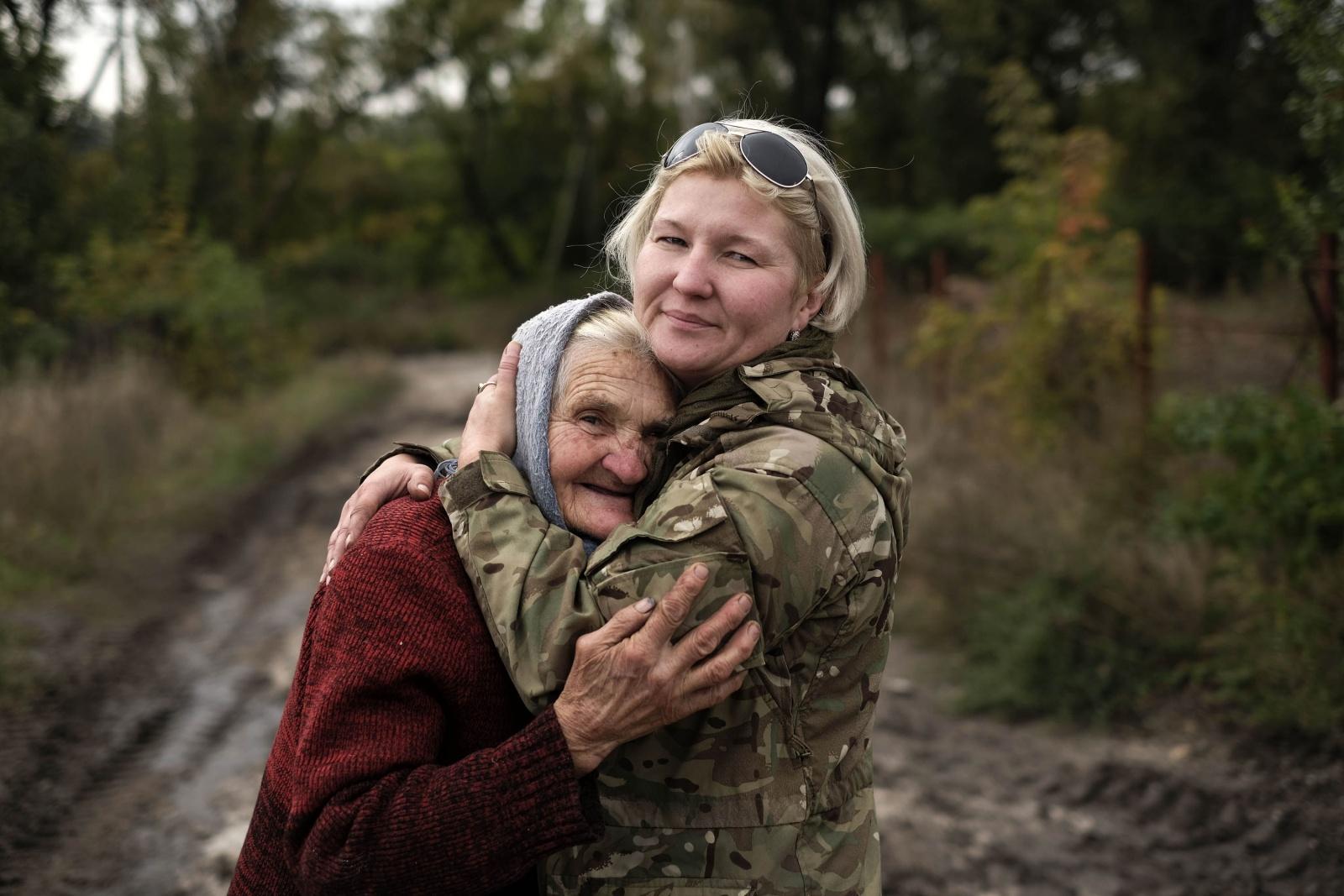 Ucraina - Donbass, Natali, volontaria abbraccia Baba Raya che vive con il marito nel villaggio di Opytne sotto assedio dalla guerra