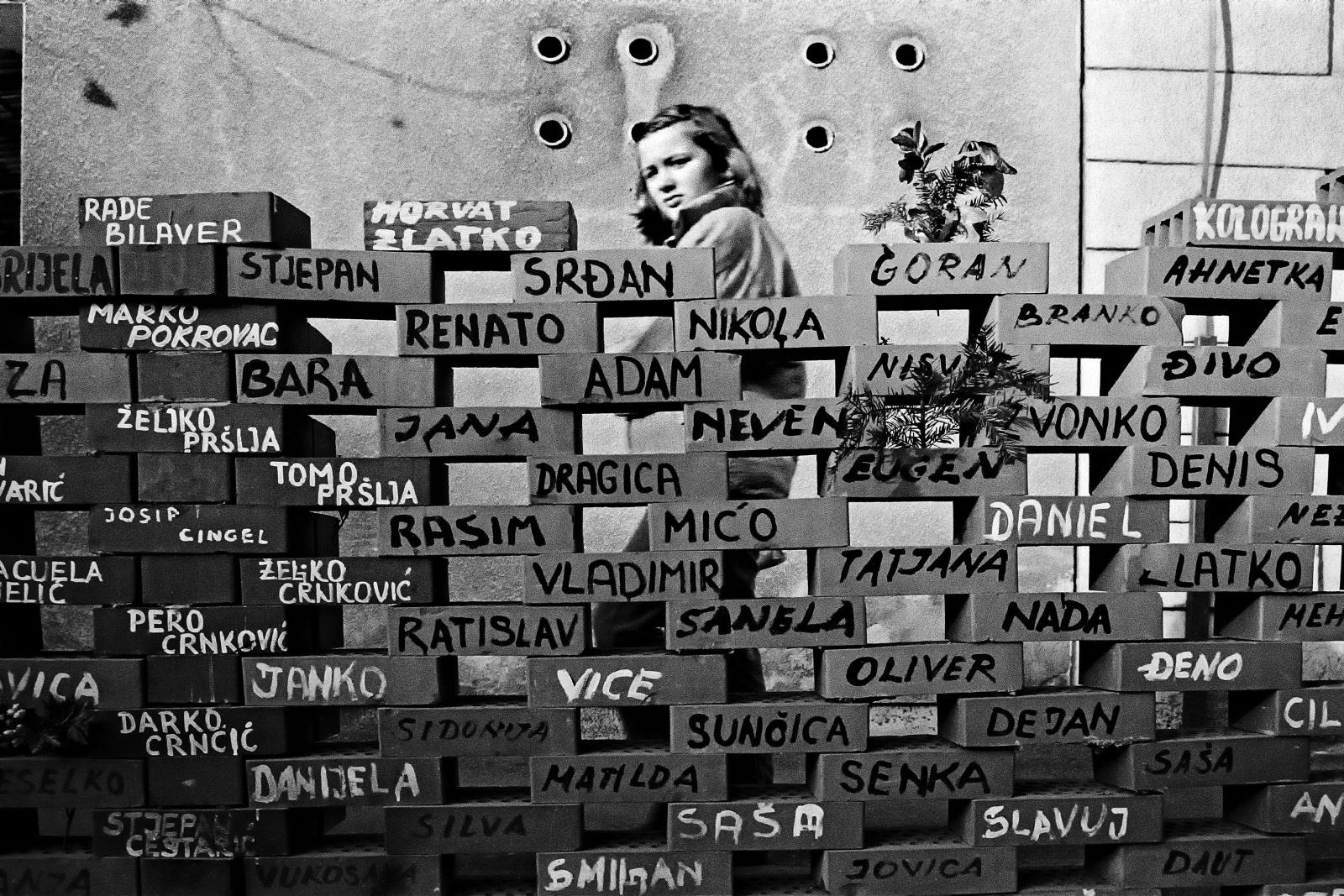 Zagabria 1991 - Un muro costruito con mattoni che riportano i nomi dei croati dispersi o caduti in guerra.