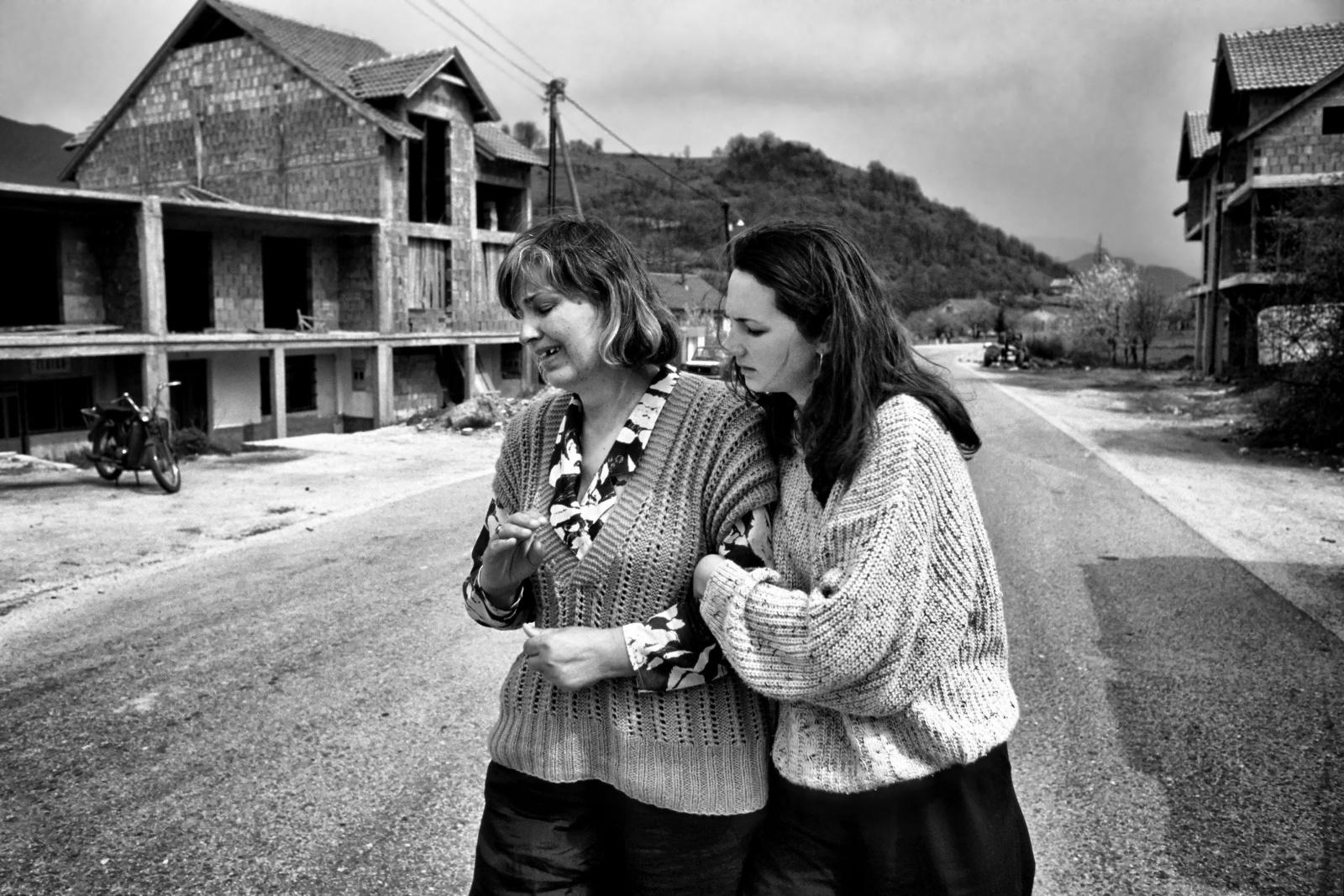 Bosnia centrale 1995 - La disperazione di madre e figlia dopo il bombardamento della loro casa.