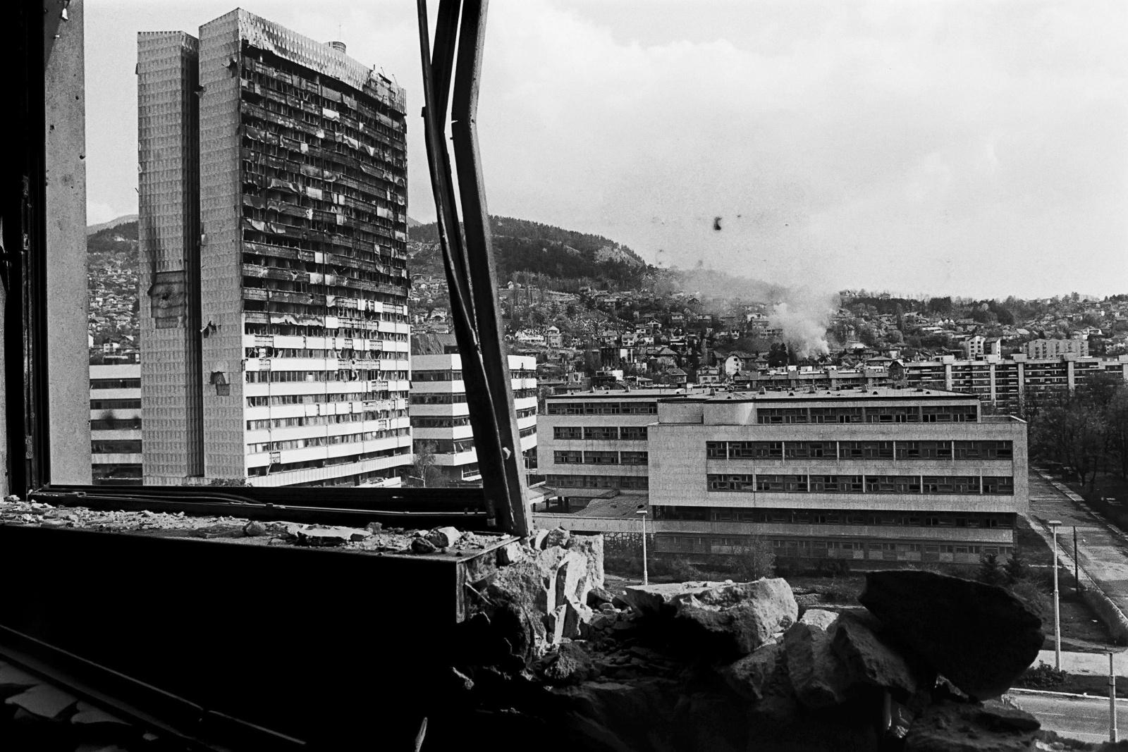 Sarajevo 1993, la sede del Parlamento della Bosnia Erzegovina bruciato dopo ripetuti bombardamenti sulla città assediata