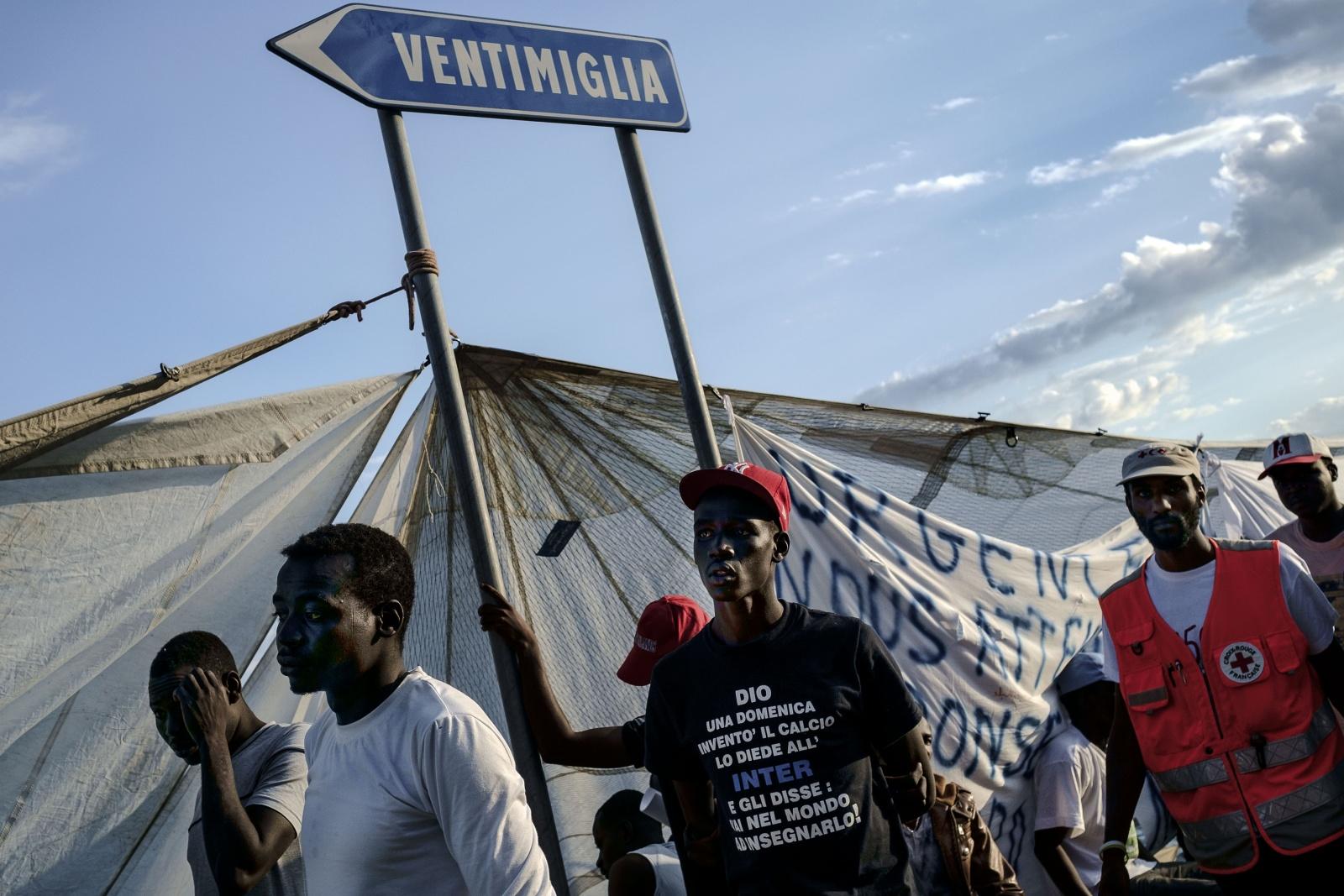 Ventimiglia, confine con la Francia  - Immigrati bloccati e respinti dalle autorità francesi sugli scogli dei Balzi Rossi