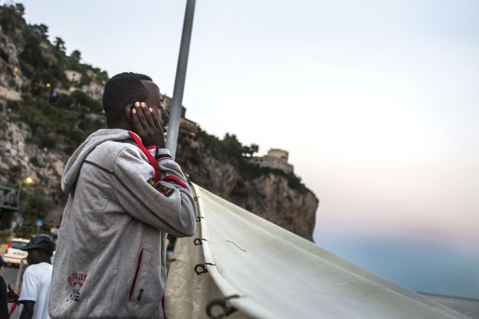 Ventimiglia, confine con la Francia  - Immigrati bloccati e respinti dalle autorità francesi sugli scogli dei Balzi Rossi - Preghiera sulla spiaggia
