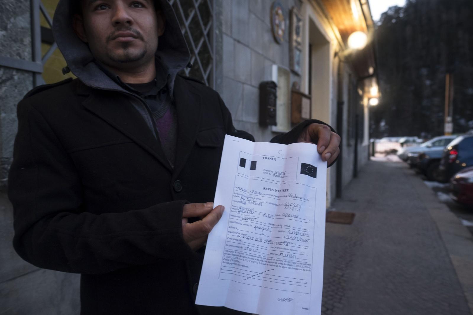 Ghattas egiziano con il foglio di espulsione delle autorità francesi alla stazione ferroviaria di Bardonecchia (val di Susa)