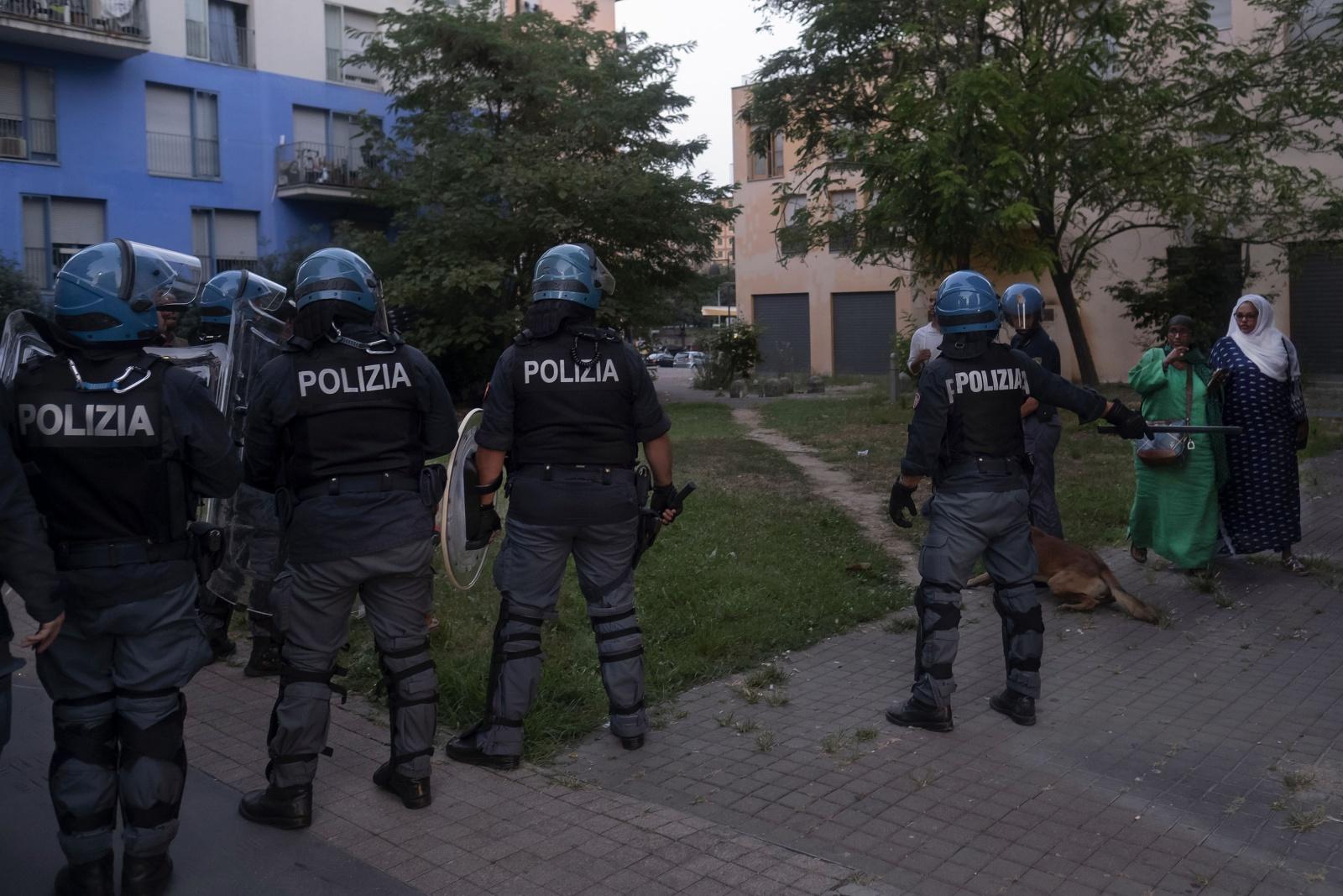 Sgombero di una delle quattro palazzine occupata dai migranti nell'ex villaggio olimpico di Torino da parte delle Forze dell'ordine della Polizia