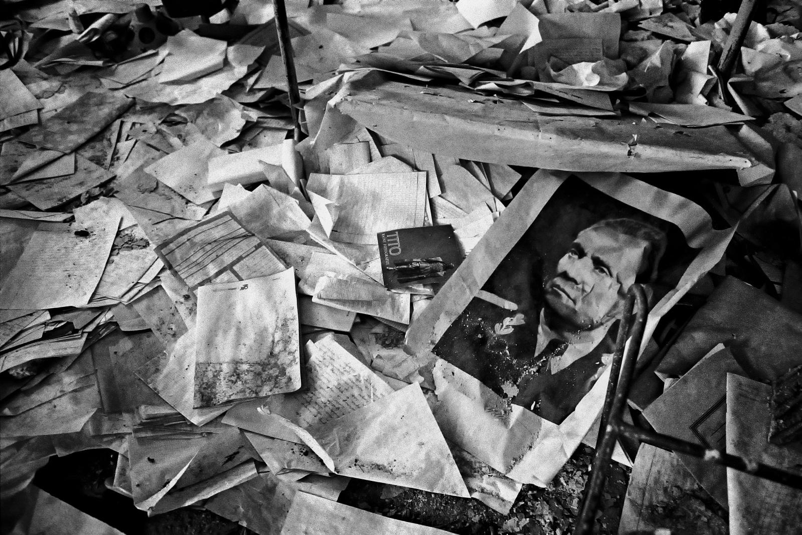 Sarajevo 1993. Una fotografia del Maresciallo Tito, padre della Jugoslavia capitolata all'inizio degli Anni 90, tra le macerie di una scuola elementare distrutta dalle bombe dei serbi.