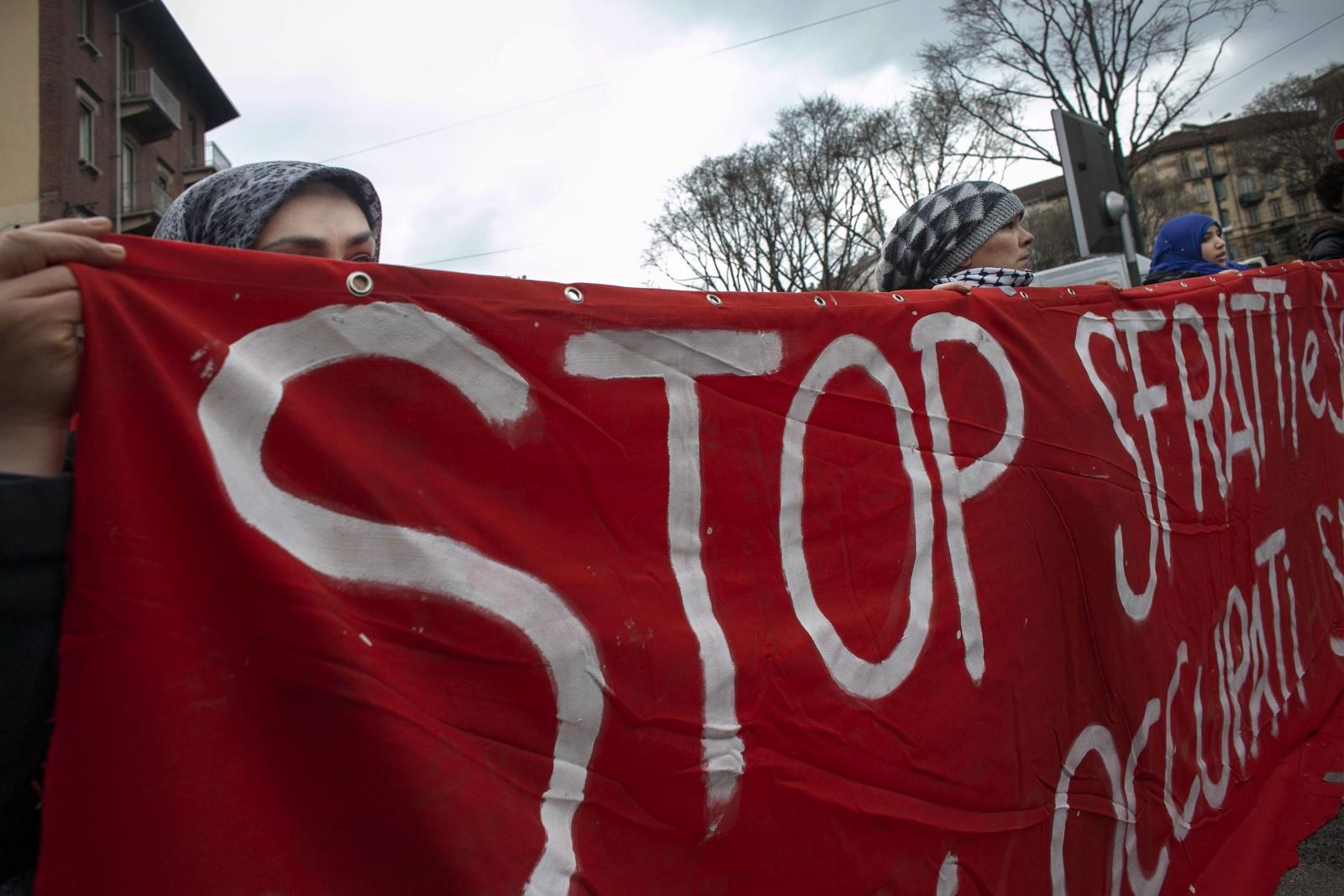 Protesta a Torino degli immigrati residenti contro gli sfratti dalle case